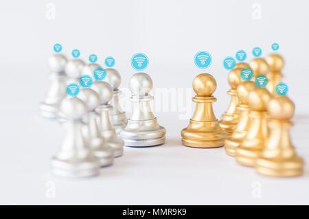 Anschluss und Netzwerk Konzept, Gold und Grau und Silber Schach als Menschen begegnen und connet zusammen auf weißem Hintergrund - Stockfoto