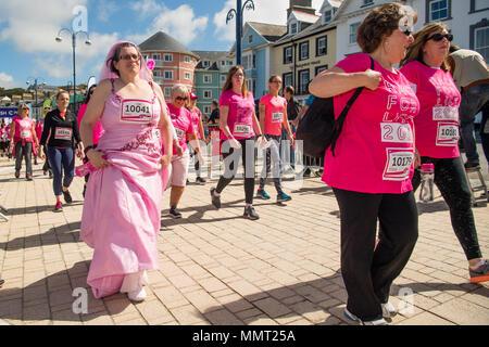 Aberystwyth Wales UK, Sonntag, den 13. Mai 20918 UK Wetter: Über tausend Frauen und Mädchen, alle in rosa gekleidet, mit einigen in Fancy Dress zu, nahm an dem jährlichen Cancer Research Fund-raising' Rennen für das Leben' über 5 km und 10 km Kurse entlang von Aberystwyth Promenade, an einem hellen und sonnigen Mai Sonntag Morgen. Es wird erwartet, dass alle Sponsorengelder eingegangen ist, diesem einzigen Fall wird über £ 50.000 für Krebsforschung in Großbritannien Foto © Keith Morris/Alamy Leben Nachrichten angesprochen haben, - Stockfoto