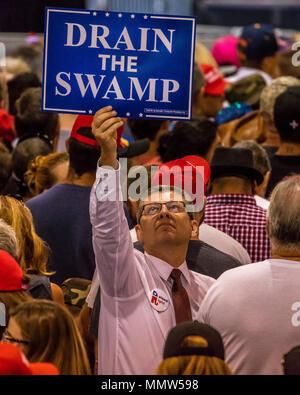 """AUGUST 22, 2017, PHOENIX, AZ Mann hält Schild """"Regen der Sumpf"""" während Präsident Trumpf hält Kundgebung in Phoenix, Arizona - Phoenix Convention Center - Stockfoto"""