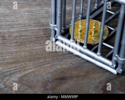 Die Münze ist in den grauen nick Farbe auf einen hölzernen Tisch. Das Konzept der Investition und die Fluktuation der bitcoin und cryptocurrency. - Stockfoto