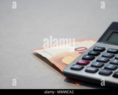 Den Rechner auf zehn UERO Banknote auf Tabelle. Kopieren Sie Raum für Text und Inhalt - Stockfoto