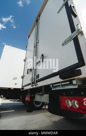 Fahrzeuge für Güterbeförderung. Nutzfahrzeuge kleine und mittelschwere Lkw. Neue Autos cargo Transporter von weißer Farbe - Stockfoto