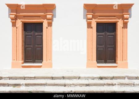 Gallipoli, Apulien, Italien - Zwei Lachs im mittleren Alter Scheune Türen - Stockfoto