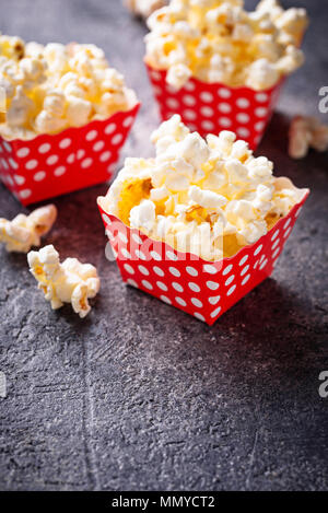 Popcorn in red Polka Dot pack - Stockfoto