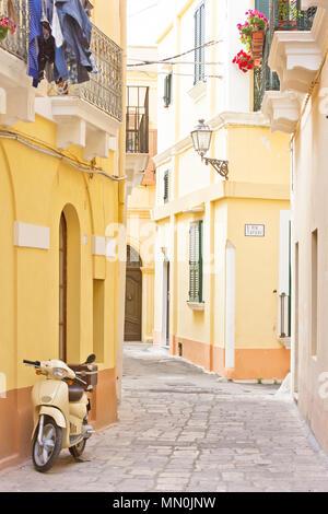 Gallipoli, Apulien, Italien - ein Motorroller in einer historischen Gasse - Stockfoto