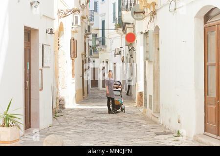 Gallipoli, Apulien, Italien - Kopfsteinpflaster im mittleren Alter Gassen von Gallipoli - Stockfoto