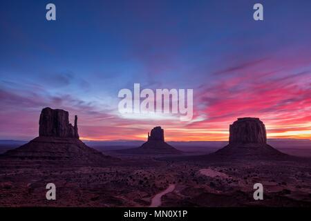 Bunte sunrise Landschaft Blick auf Monument Valley National Park, Arizona, USA - Stockfoto