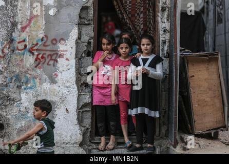 Gaza, Palästina. 13. Mai, 2018. Palästinensischen Flüchtling Mädchen stand an der Tür eines Hauses in der palästinensischen Flüchtlingslager Jabalia in Jabalia, nördlichen Gazastreifen, 13. Mai 2018. Rund fünf Millionen palästinensischen Flüchtlinge Gedenken der 68. Jahrestag der Nakba Tag (Tag der Katastrophe) am 15. Mai, die die Vertreibung vor und der Israelischen Unabhängigkeitserklärung 1948 gefolgt. Foto: Wissam Nassar/dpa
