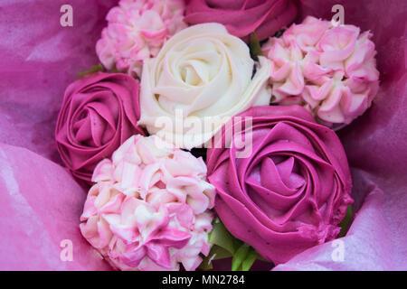 Schöne rosa Eis Cupcakes, der wie ein Blumenstrauß aus Rosen und Blumen schauen - Stockfoto