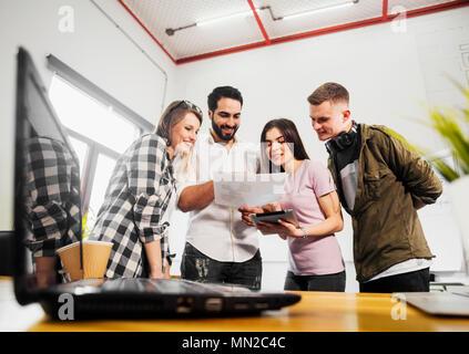 Team der Büroangestellten haben freundliche Diskussion, einen Schuß in modernen Büro - Stockfoto