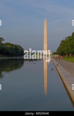 Besucher schlendern auf Sommerabend, das Washington Monument auf der reflektierenden Pool, Washington DC, USA, Nordamerika - Stockfoto