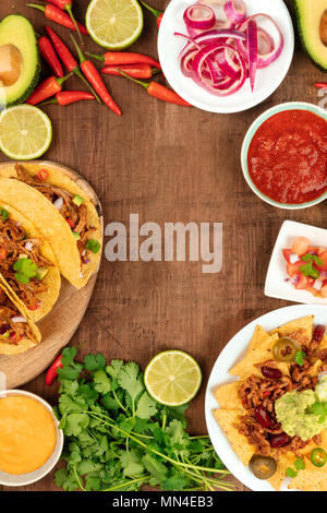 Ein Foto von einem ssortment vieler verschiedener mexikanische Lebensmittel, wie Tacos, Guacamole, Pico de Gallo, Nachos und andere, mit Kopie Raum - Stockfoto