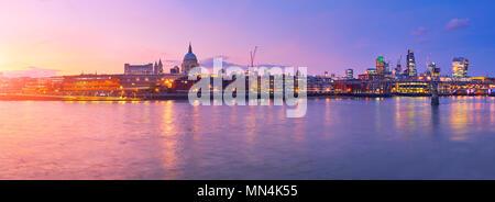 Millennium Bridge St. Paul's Cathedral in London, England, auf einen Sonnenuntergang - Stockfoto