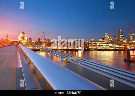 Millennium Bridge St. Paul's Cathedral in London, die bei Sonnenuntergang - Stockfoto