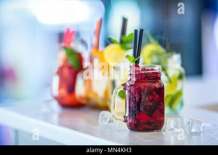 Verschiedene Limonaden in Maurergläser mit orange lime Lemon otange Erdbeeren und frischer frucht Früchte. - Stockfoto