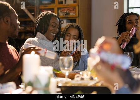 Mutter und mittels Smart Phone an Weihnachten Abendessen Tochter - Stockfoto