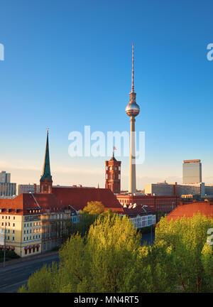Luftaufnahme des Berliner an einem hellen Tag im Frühjahr, einschließlich der Alten Rathaus und Fernsehturm am Alexanderplatz - Stockfoto