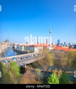 Luftaufnahme des Berliner an einem hellen Tag im Frühling. Panoramic Image, einschließlich Spree und Alexanderplatz Fernsehturm - Stockfoto