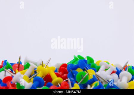 Stapel Kunststoff Pinnwand Pinnwandnadeln auf weißem Hintergrund - Stockfoto