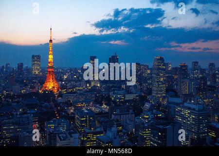Luftaufnahme über Tokyo Tower und Tokio Stadtbild mit Hochhaus Architektur bei Sonnenuntergang in Tokio, Japan. - Stockfoto