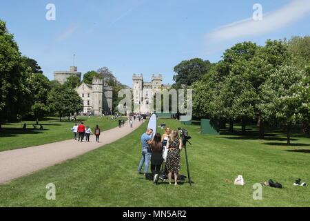 Ein Filmteam auf dem langen Spaziergang in Windsor, wie Tausende von britischen und internationalen Medien richten Sie für Ihre Berichterstattung über die Hochzeit von Prinz Harry und Meghan Markle. - Stockfoto