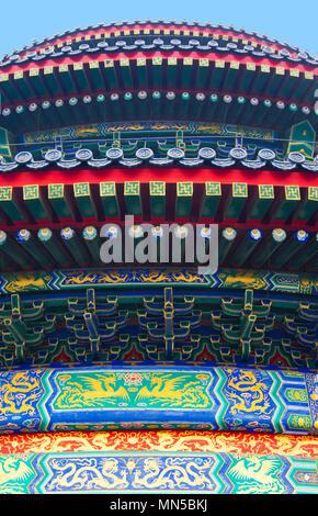 Ein Detail der bunten Fassade der Halle des Gebetes für eine gute Ernte Gebäude am historischen Himmelstempel in Peking, China. - Stockfoto