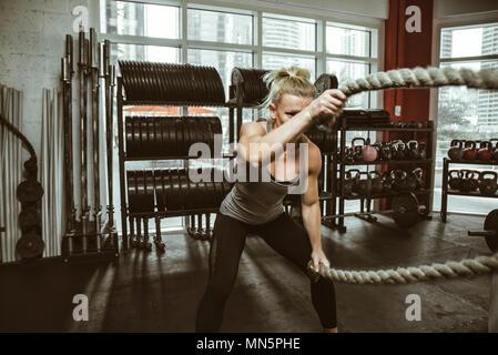 Schöne junge Frau Training im Fitnessstudio - Stockfoto