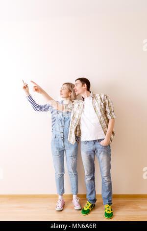 Bild von Mann und Frau im Neuen leeren Wohnung - Stockfoto