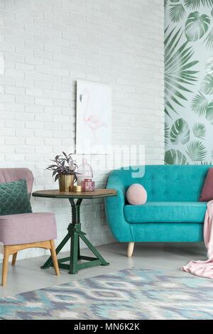 Floral Sofa und Pastell blau Teppich im Wohnzimmer blass blauen Land ...
