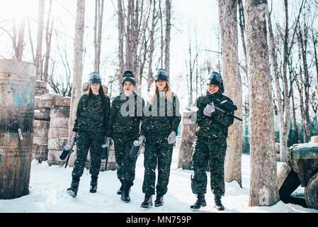Paintball Spieler in Uniform und Masken nach Winter Forest Kampf. Extreme Sport Spiel - Stockfoto