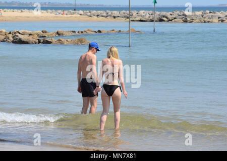 Junges Paar versuchsweise Treten in das Meer, tauchen ihre Zehen in das kalte Frühling Meer Wasser. - Stockfoto