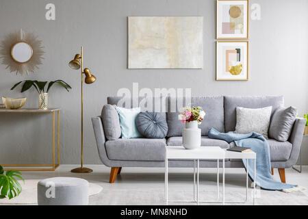 ... Gold Spiegel über Regal Mit Werk In Grau Wohnzimmer Einrichtung Mit  Sofa Und Blumen Auf Dem