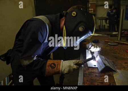Schweißgerät arbeiten auf der Workbench schweißen zusammen einige Edelstahl - Stockfoto