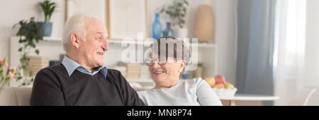 Portrait Of Happy ältere paare Zeit miteinander zu verbringen, Lachen und ihren Ruhestand genießen. - Stockfoto