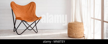 Moderne Sessel in der modernen Loft. Sonnigen Tag im hellen Wohnzimmer mit Panoramafenstern - Stockfoto