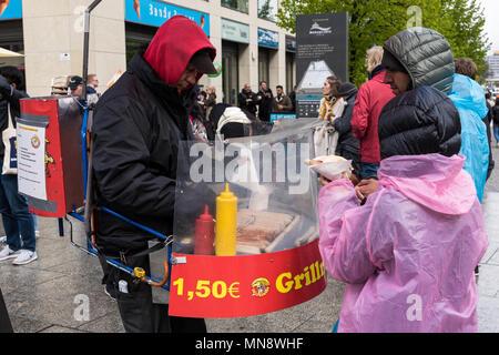 Ein Mann mit einer besonderen Art des Grills Sandwiches verkauft mit Wurst, die Touristen am 16. April 2017 in Berlin, Deutschland - Stockfoto