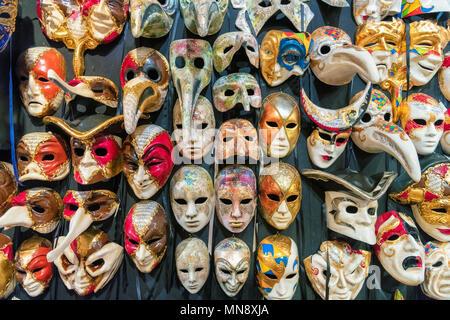Venezianische Masken in Venedig, Italien. - Stockfoto