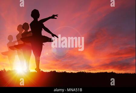 Silhouette von Mädchen tanzen und springen mit leuchtenden goldenen Sonnenaufgang oder Sonnenuntergang Hintergrund und Kopieren. Konzept des gesunden Lebens, Wahrnehmung, celebr - Stockfoto