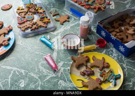 Verschiedene Lebkuchen cookies und dekorieren Reihen auf dem Boden zu Hause - Stockfoto