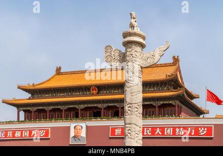 Peking, China - 27. April 2010: Monumentl rot-orange Gebäude und hohe Wand mit Foto von Mao ist der Eingang zur Verbotenen Stadt. Licht blauer Himmel und - Stockfoto