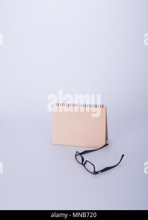 Kalender oder Gläser auf dem Kalender mit Hintergrund - Stockfoto