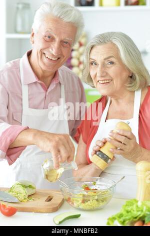 Eltern vorbereiten zu essen - Stockfoto