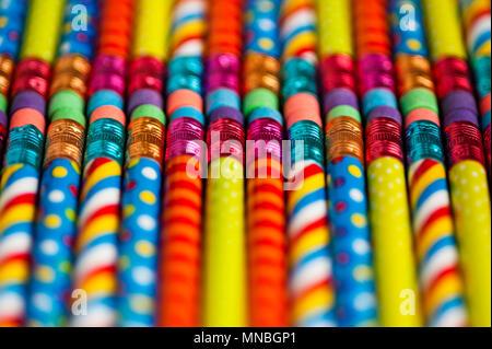 Nahaufnahme der Bunte Bleistifte mit Designelementen in Zeilen - Stockfoto
