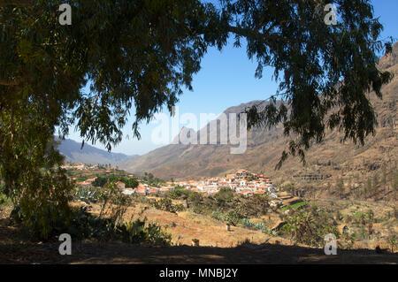 Die Stadt von Fataga mit kahlen Berge und Flora im Tal auf Teneriffa, Kanarische Inseln in Spanien - Stockfoto