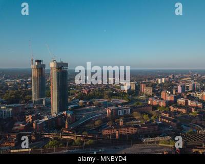 Manchester City Centre Drone Luftaufnahme über Gebäude arbeiten Skyline Bau blauer Himmel Sommer Beetham Tower Deansgate - Stockfoto