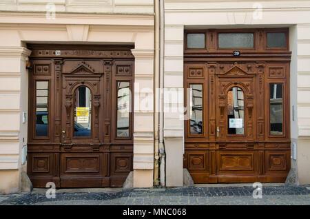 Zwei ähnliche alte gestalteten Türen in Görlitz, Deutschland - Stockfoto