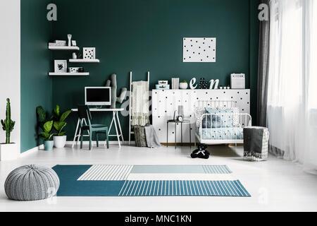 Pflanzen Neben Einem Weissen Schreibtisch Mit Computer Monitor Im