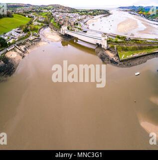 Luftaufnahme von der historischen Stadt Conwy mit seiner mittelalterlichen Burg - Wales Vereinigtes Königreich. - Stockfoto