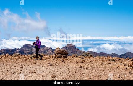 Weibliche Bergsteiger auf dem flachen Gipfel des Montana de Guajara der höchste Gipfel auf der Caldera rim von El Teide auf Teneriffa auf den Kanarischen Inseln - Stockfoto