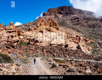 Walker in Richtung Montana de Guajara der höchste Gipfel auf der Caldera rim des aktiven Vulkan El Teide auf Teneriffa auf den Kanarischen Inseln - Stockfoto
